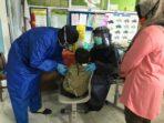 Foto : Ist Petugas dari Dinkes Kota Batu mengenakan menggunakan APD level 1, yaitu masker dan sarung tangan saat penanganan imunisasi.