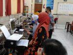Foto : Doi Nuri - IP Guru SMP Negeri 2 Batu tetap melakukan aktivitas meski dalam pandemi covid-19, dengan tetap menerapkan protokol kesehatan.